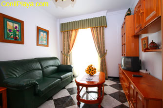 Salon y mueble con televisión