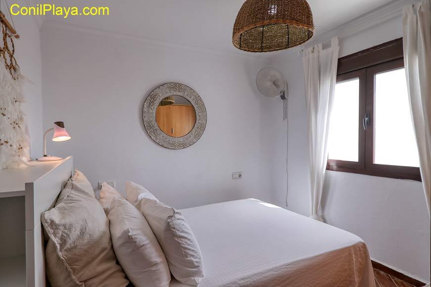 Dormitorio principal con armario.