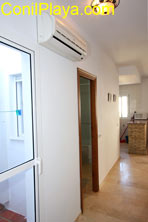 El aire acondicionado se encuentra en el pasillo, frente a los dormitorios.