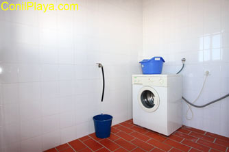 El cuarto de lavado se encuentra en la azotea, junto a los tendederos.