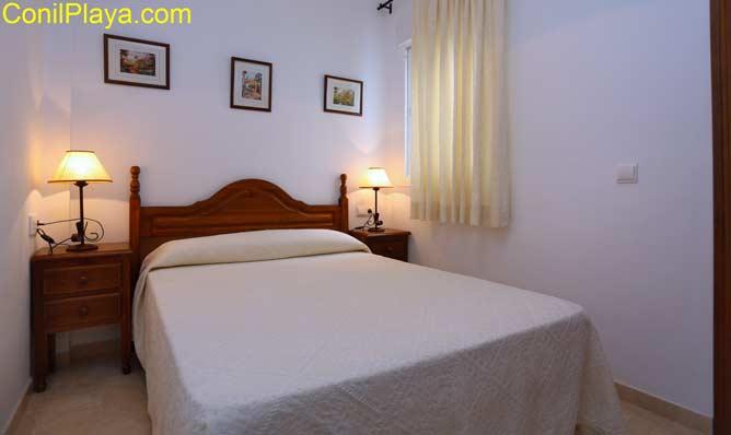 Dormitorio principal con cama de matrimonio y con armario empotrado.