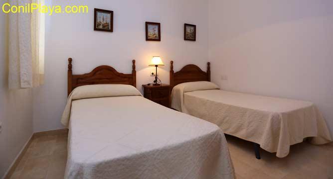 La habitación del dormitorio principal es amplia y tiene venta al exterior.