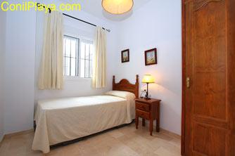 Dormitorio de dos camas, la otra cama está bajo la que aparece en la foto.