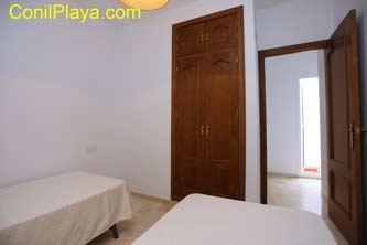 Segundo dormitorio con dos camas individuales. La otra cama está plegada bajo la que aparece en la foto.