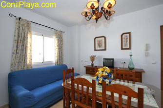El salón está formado por un sofá y aparador con televisión.