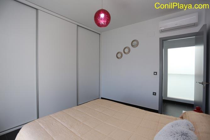 El dormitorio tiene aire acondicionado.