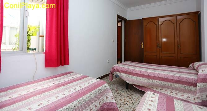 Armario del dormitorio con 2 camas.