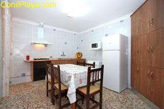 La cocina es muy amplia y tiene mesa con 6 sillas.