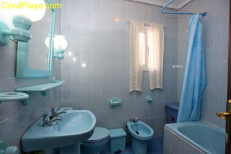 Cuarto de baño con bañera.