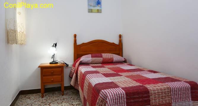 Habitación con una sola cama.