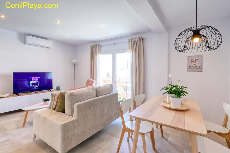 salon con mesa comedor y sofa