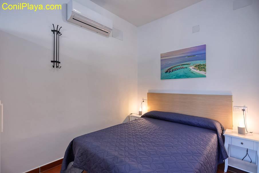 dormitorio con cama de matrimonio y 2 camas literas