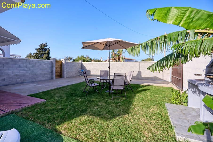 jardin con mesa y sillas junto al bungalow