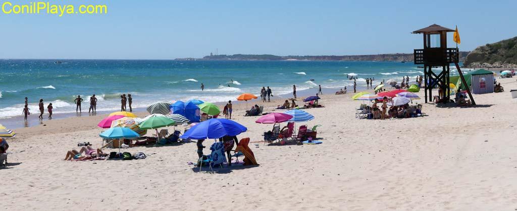 varias personas tomando el sol en la playa de la Fontanilla