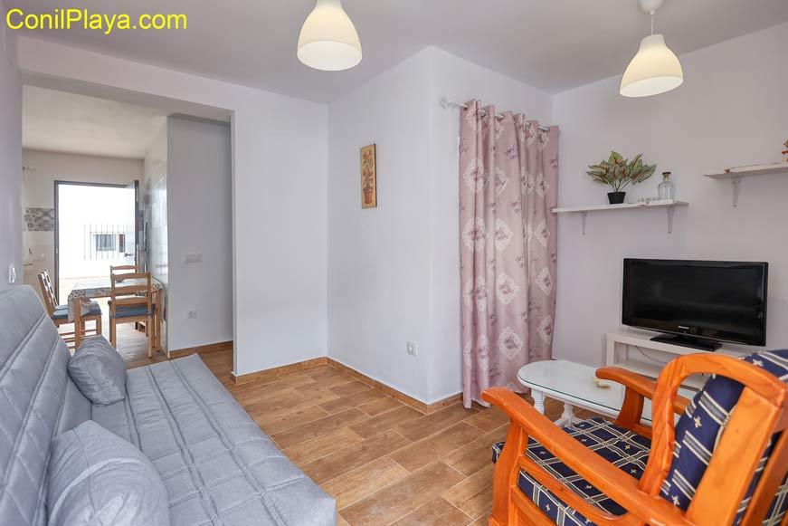 Salón del apartamento en Conil está decorado con mobiliario nuevo.