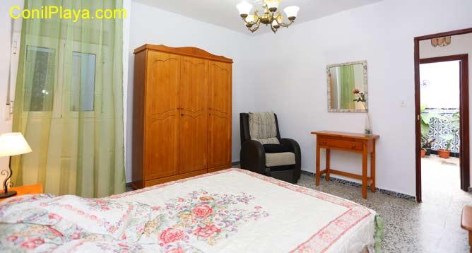 El dormitorio principal es muy luminoso y cuenta con armario de gran capacidad.