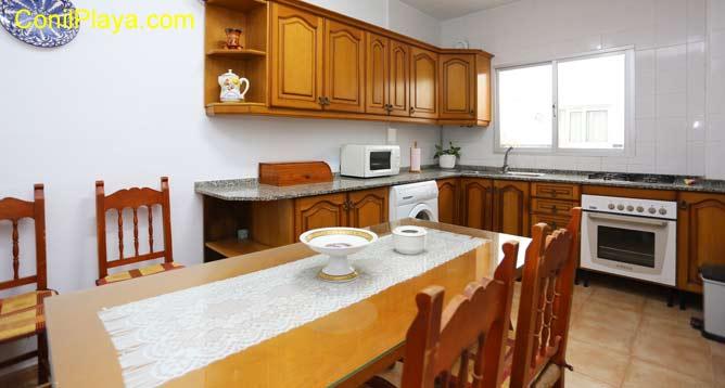 La cocina y al fondo la mesa comedor.