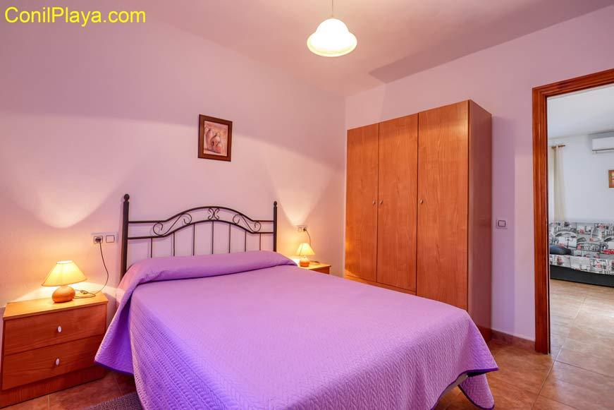 El dormitorio principal dispone de armario.