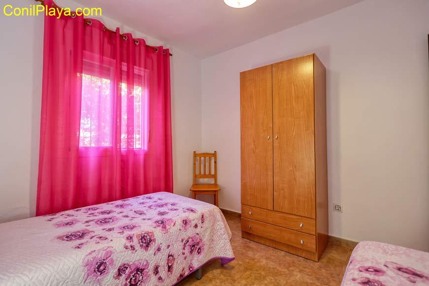 Armario del dormitorio de dos camas.