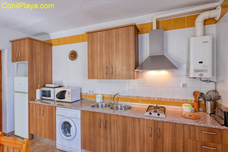 La cocina del apartamento está completamente equipada.