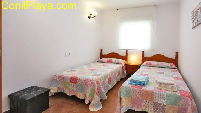 Dormitorio con 2 camas de matrimonio.