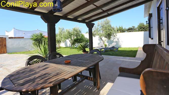 porche con mesa y sillas