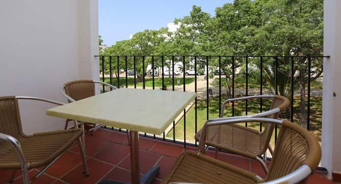 terraza del apartamento en Conil con vistas al parque