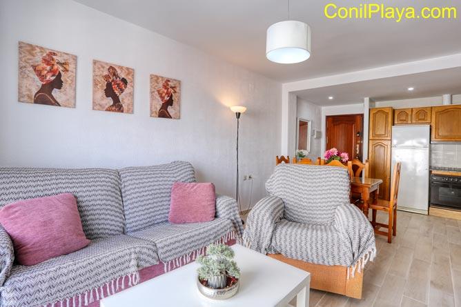 salón del apartamento con sofas