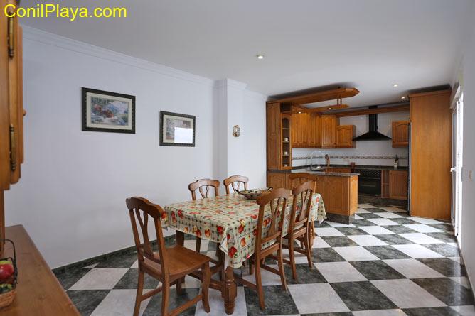 El comedor y al fondo se encuentra la cocina.