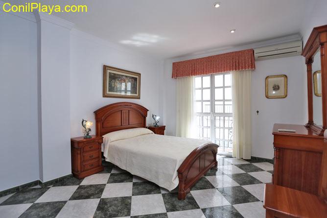 Dormitorio principal con cama de matrimonio. Tiene aire acondicionado.