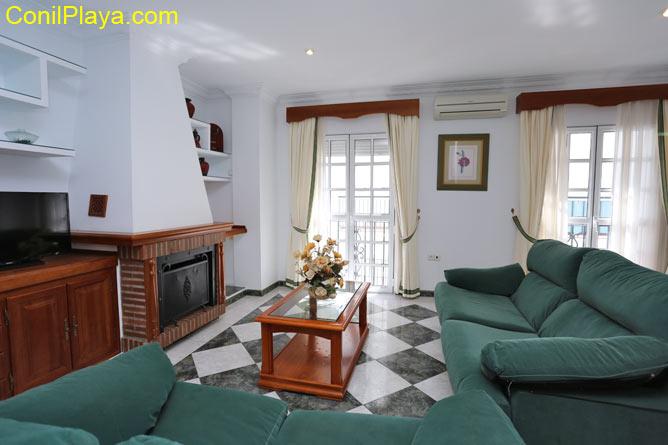3 dormitorios,8 personas. Amplio apartamento situado en excelente zona por su tranquilidad y cercanía al centro de Conil. Dispone de varios apartamentos de distintas capacidades.