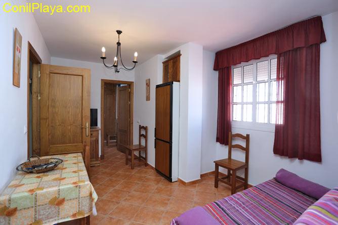 1 dormitorios,3 personas. Estupendo estudio ideal para parejas. Situado en excelente zona de Conil. Tranquila y con facil aparcamiento.
