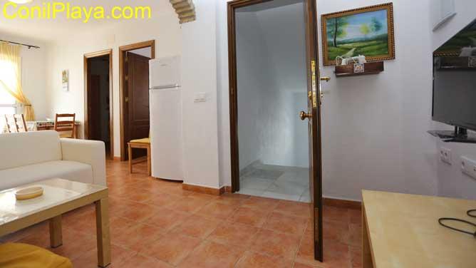 salón y puerta de entrada
