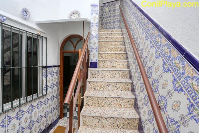 Escaleras del apartamento y puerta de acceso.