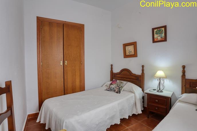 Armario empotrado y ventana del dormitorio
