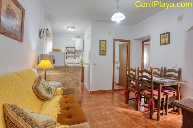 El salón con la cocina al fondo