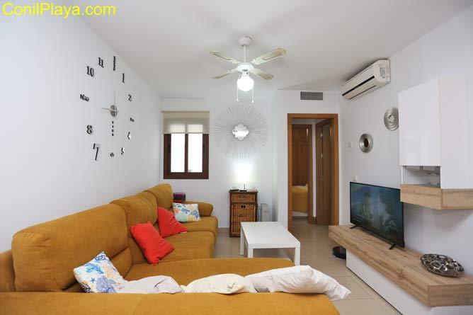 El salón y muy luminoso y confortable