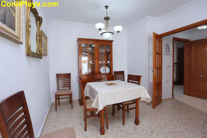 apartamento, el salon a la derecha y la cocina a la izquierda