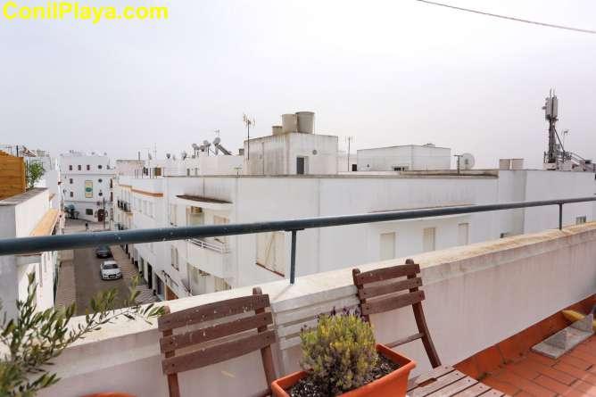 Terraza solarium compartida con hamacas y sombrillas