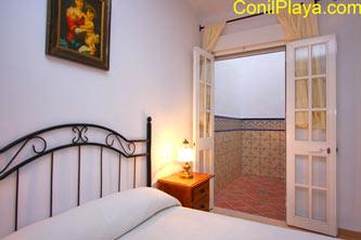 El dormitorio principal es muy fresco, y al igual que el resto de los dormitorios, da a un patio interior.