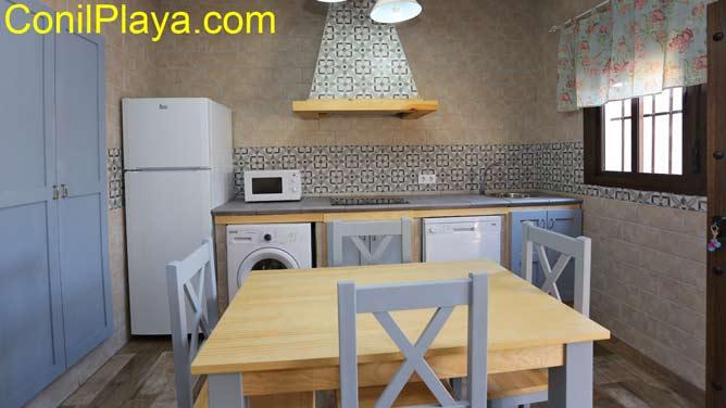 mesa del comedor y la cocina al fondo
