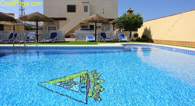 piscina y los apartamentos al fondo