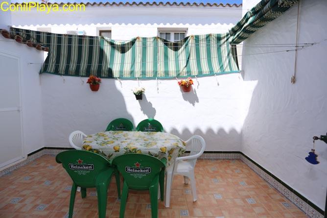 patio con mesa y sillas
