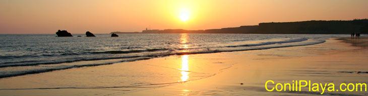 Paseando por la playa de Conil al atardecer