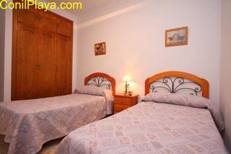 armario empotrado del dormitorio con 2 camas