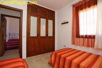 armario del dormitorio de 2 camas.