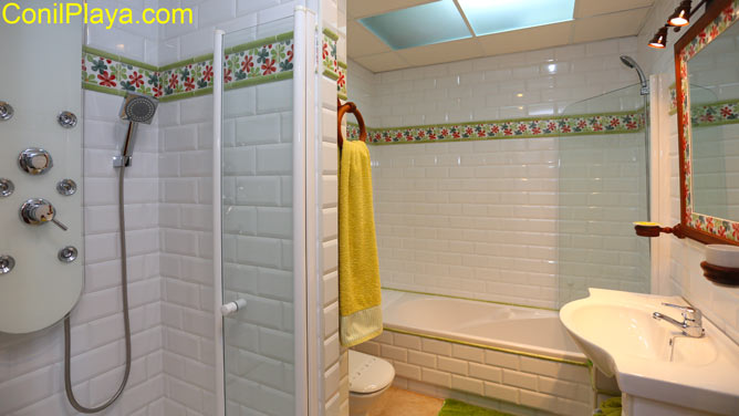 El cuarto de baño tiene ducha y bañera.