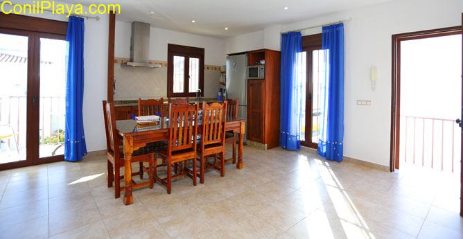 La cocina se encuentra en el salón - comedor