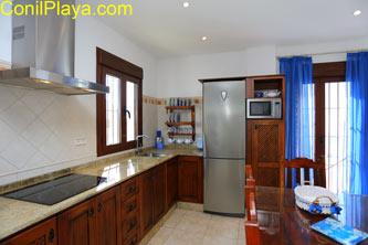La cocina es amplia y está totalmente equipada.