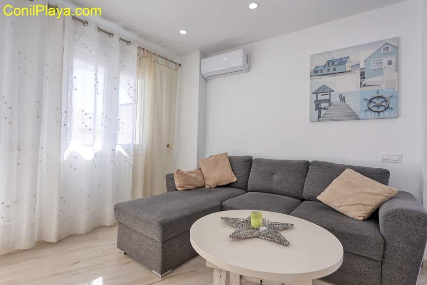Salón con sofá y butacas